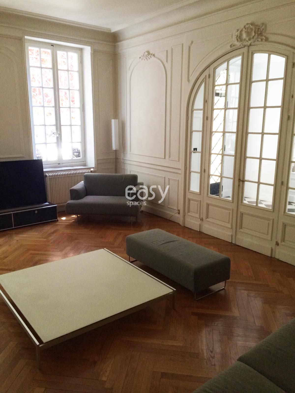 louer un appartement avec parquet moulures chemin e de type haussmannien pour prises de vues. Black Bedroom Furniture Sets. Home Design Ideas