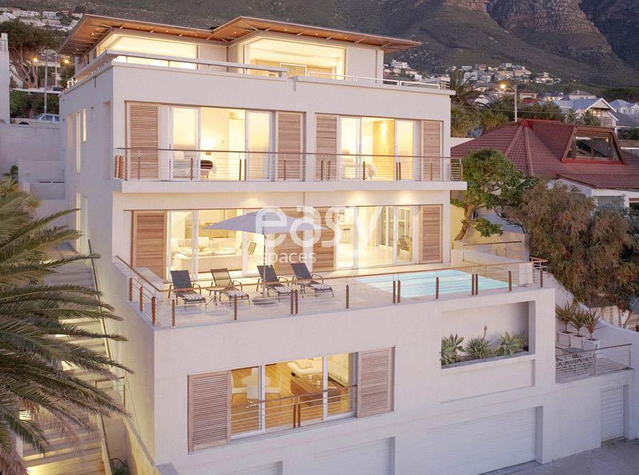 Louer une maison moderne avec piscine et vue mer pour for Acheter une maison dans le sud est de la france