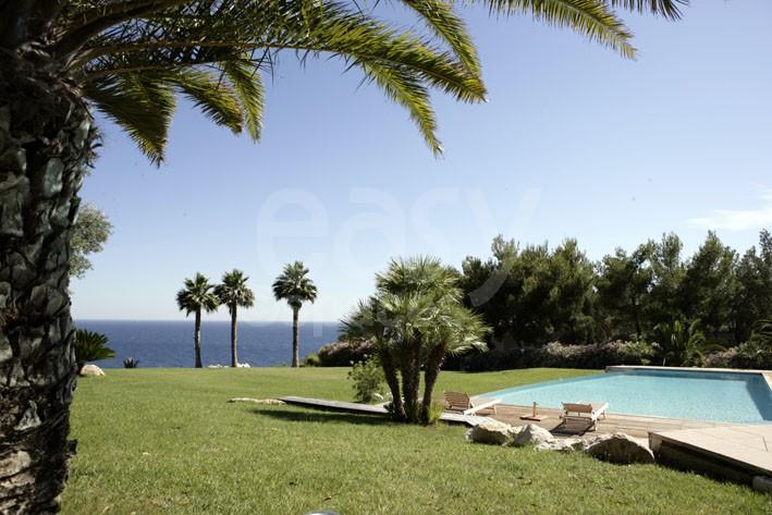 Location de villa avec piscine vue mer pour prises de vues et tournages dans le var entre - Piscine debordement mer toulon ...