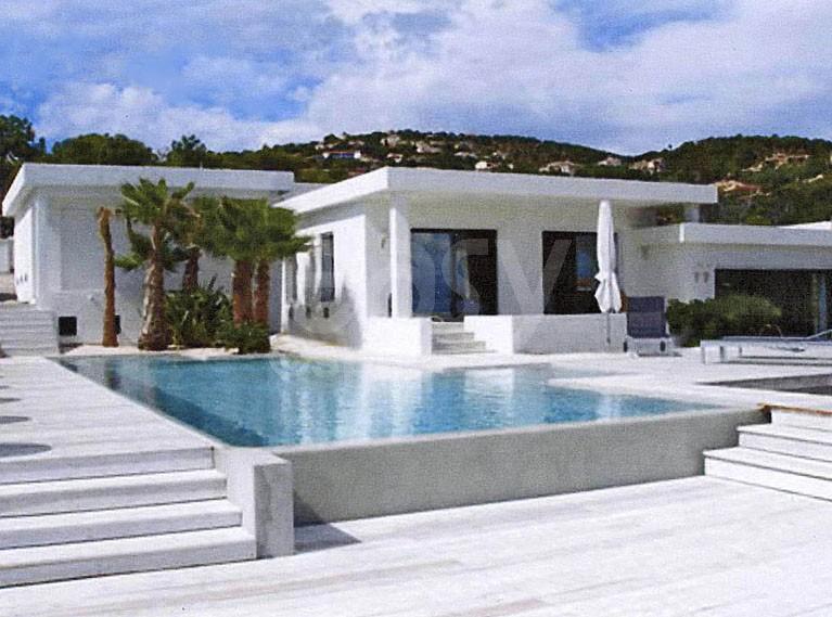 Lieux lieux et decors location villa moderne pour for Maison moderne 83