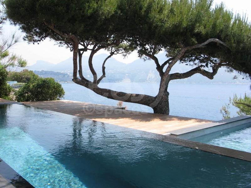 Location villa pied dans l 39 eau avec piscine pour tournages for Camping sud de la france avec piscine
