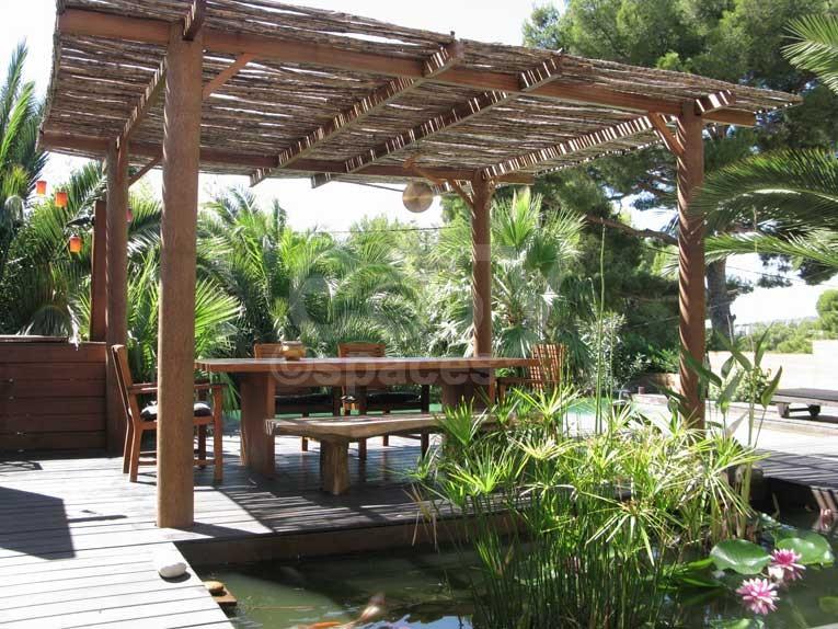 location maison en bois avec piscine jardin exotique pour. Black Bedroom Furniture Sets. Home Design Ideas