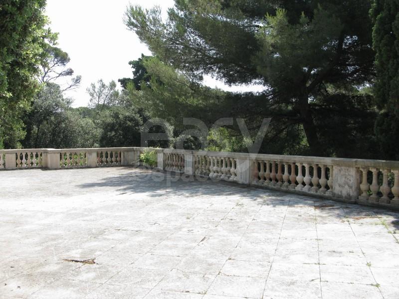 Jardin à la française dans le sud de la France pour production photographique