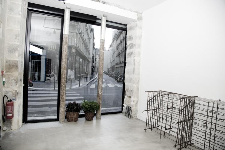 showroom avec vitrine paris