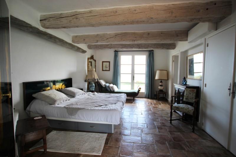 chambre avec poutres au plafond pour tournage, cannes
