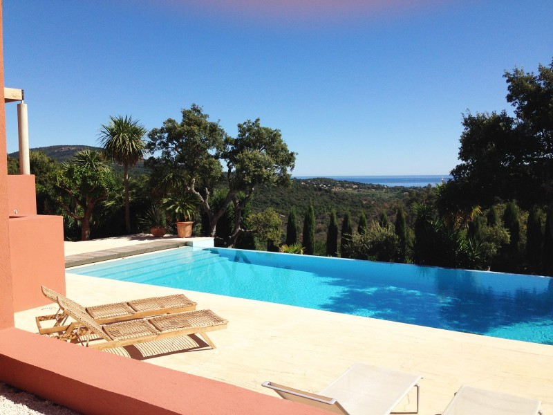 Maison contemporaine avec piscine vue mer tournage