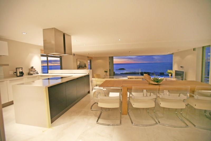 Où trouver une villa contemporaine avec vue mer pour tournages à l'étranger?
