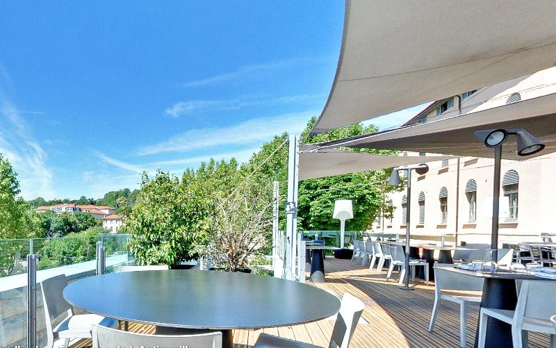 Décor avec grande terrasse panoramaique pour mobilier de jardin