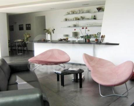 salon moderne avec cuisine américaine de villa moderne à louer aix marseille