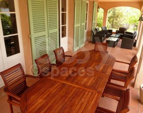 terrasse couverte avec salon de jardin et mobilier en teck