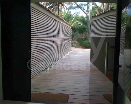 location de villa d ' architecte contemporaine avec piscine pour tournages films et shootings photos st tropez