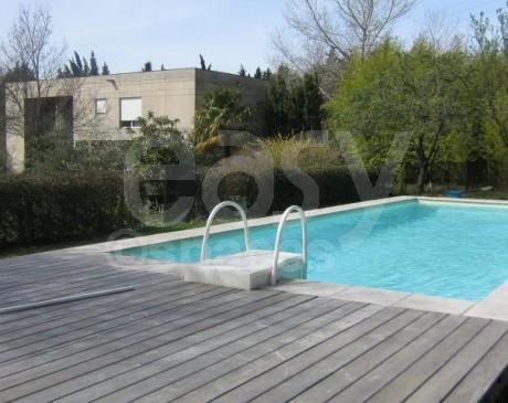 façade maison d'archi avec piscine et terrasse en bois