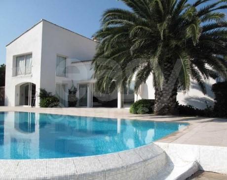 Maison  contemporaine avec terrasse en bois et piscine  vue mer Saint-Tropez
