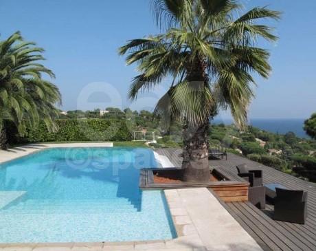 Piscine de maison moderne vue panoramique sur la mer St Tropez