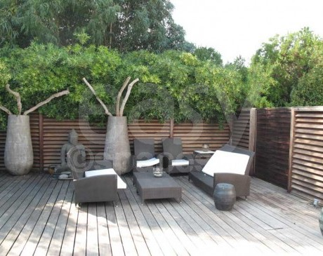 Terrasse Zen en bois exotique maison contemporaine Saint-Tropez Var