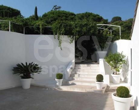 Terrasse et entrée maison moderne Saint -Tropez Var Riviera