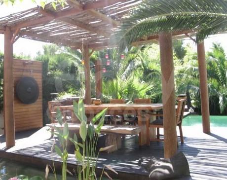 pergola avec coin repas jardin exotique maison moderne marseille