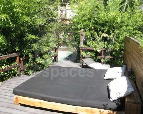 lit de jour dans jardin avec piscine et terrasses en bois exotique marseille