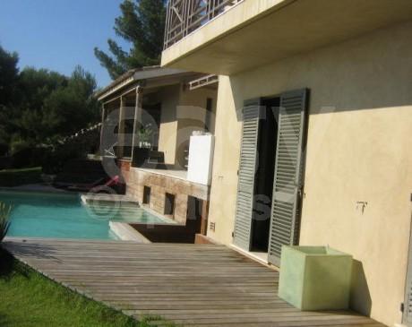façade villa d ' archi avec piscine vue mer saint tropez var
