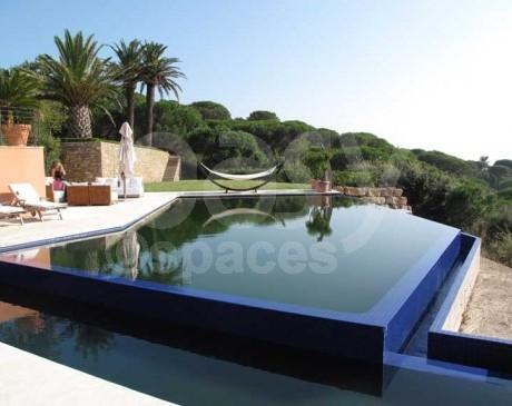 Jardin avec piscine vue mer saint-tropez var sud de la france