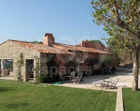 locations maison en pierre avec vue mer et piscine saint tropez sud est de la france