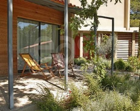 maison en bois moderne avec piscine à louer pour tournages lubéron