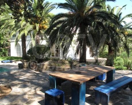 jardin de maison avec piscine en location pour tournages films et photos toulon hyères