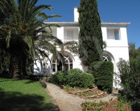 façade de maison avec piscine à louer hyères toulon var
