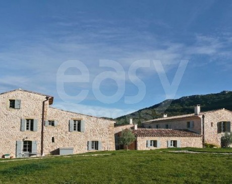 location de villa avec piscine et grand terrain pour prises de vues photos Luberon