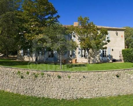 location de villa en pierre avec piscine pour tournages et shootings photos Luberon