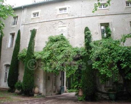 location de décor avec grande cour extérieur pour cinéma Arles