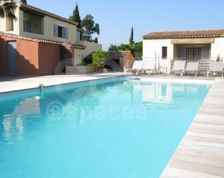 hôtel avec piscine et terrasse en bois jacuzzi à saint tropez en provence alpes côte d ' azur