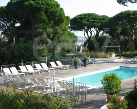 location d ' hôtel avec piscine pour héberger les équipes de tournages à saint tropez dans le var