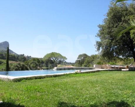 location de villa avec jardin au coeur des vignes provence alpes côte d'azur